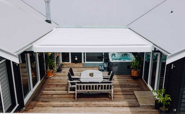 Pauanui home with courtyard Bask Louvre Roof by Outdoor Edge